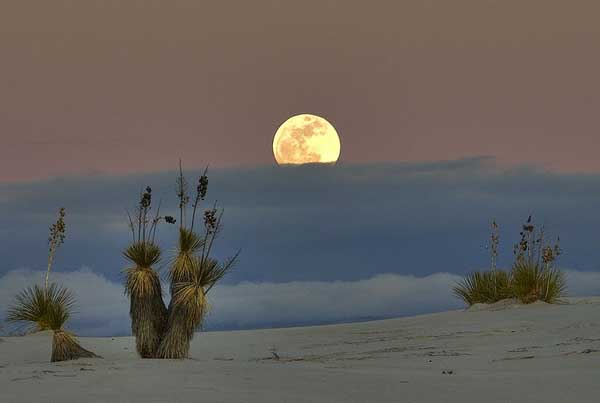 800px-White_sands_moon_&_clouds