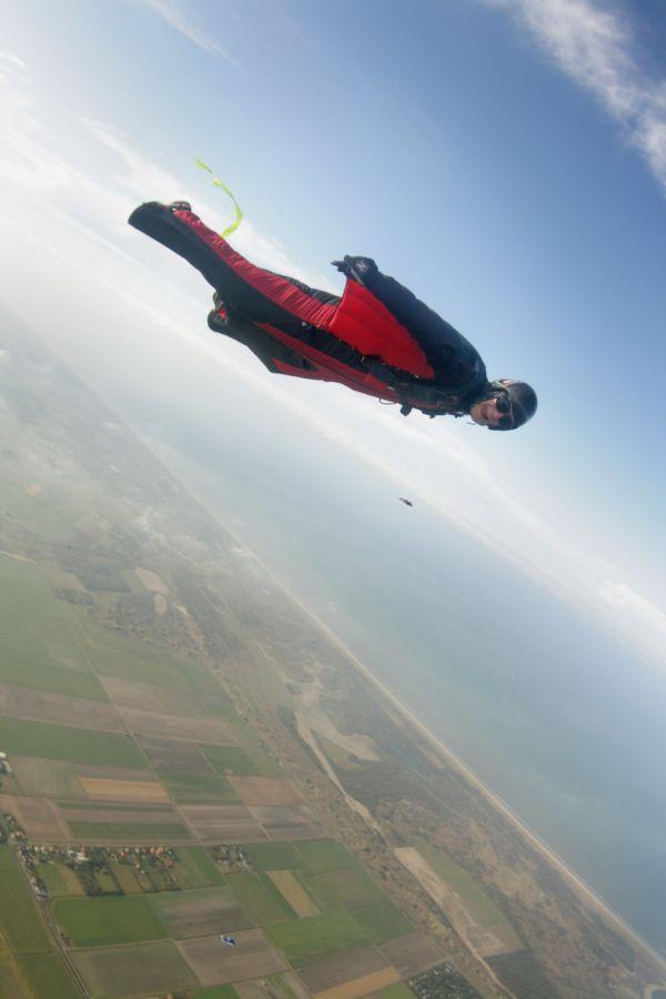 Wingsuit_flyer_in_Holland