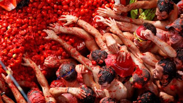revellers_fight_for_tomatoes_during_the_tomatina___48b5e60238