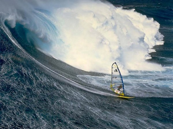 wind_surfing_with_a_massive_wave_rolling_in