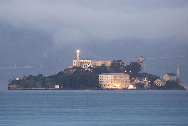 800px-Alcatraz_dawn_2005-01-07