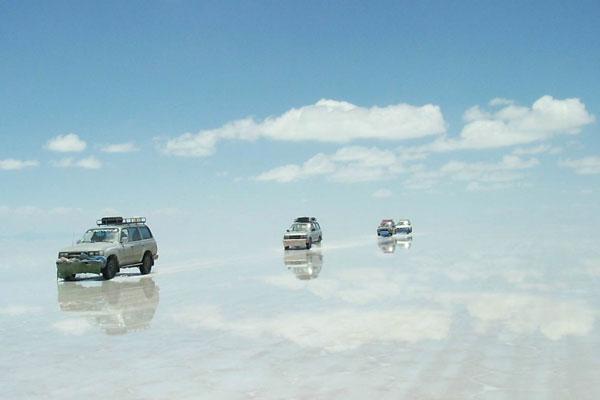 Salar-de-Uyuni-Bolivia-cars