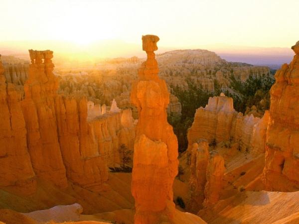 Sunrise_Colors_Thor's_Hammer,_Bryce_Canyon,_Utah
