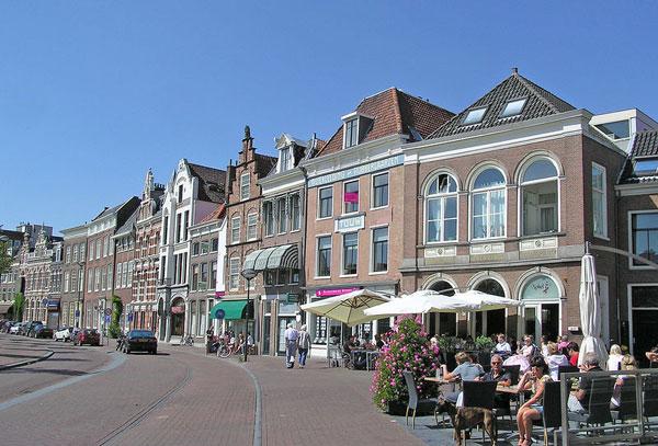 (Haarlem)_The_Street_of_Donkere_Spaarne,_Netherlands