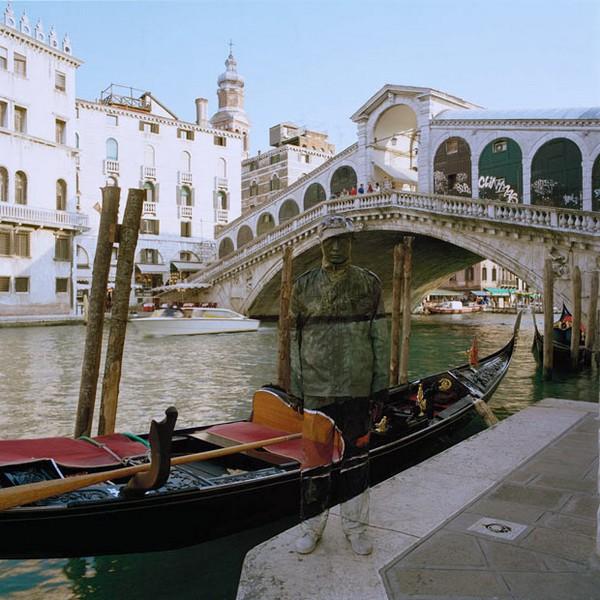 Liu Bolin poses by the Ponte di Rialto in Venice