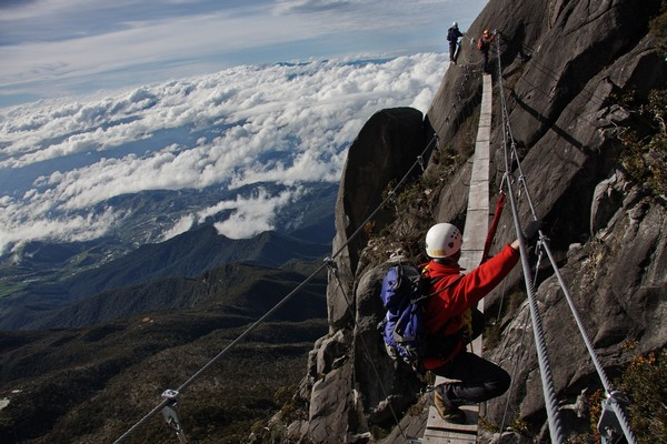 Climbers-on-the-suspension-footbridge-at-3600m