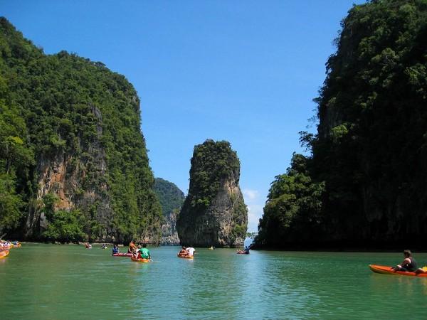 phuket-page-phang-nga-bay-kayakers-full_0