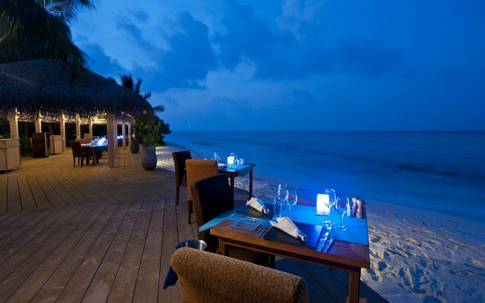 romantic-beach-dinner