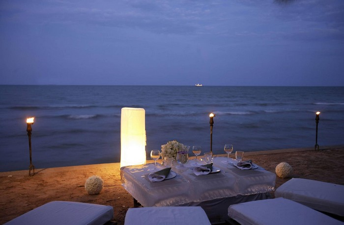 romantic_sunset_beach_dining