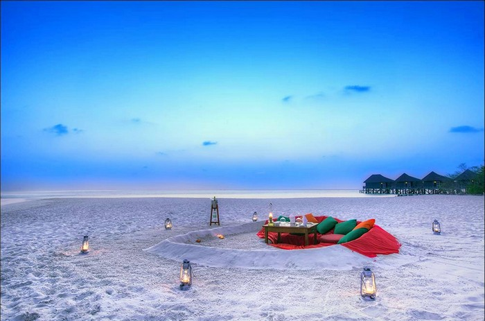 romantic_sunset_picnic_on_beach