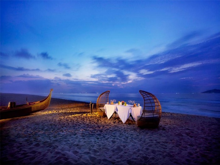 traditional-canoe-gondola-inspired-dinner-on-the-beach